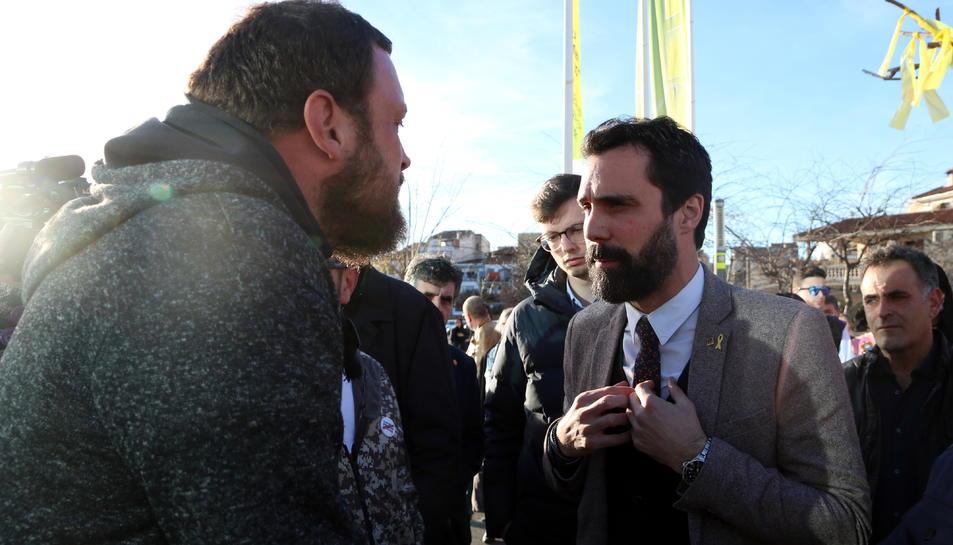 El president del Parlament Roger Torrent amb un dels manifestants que li han reclamat que aturi el projecte de l'abocador de Riba-roja d'Ebre, en la seva arribada a la Fira Intercomarcal de l'Oli.