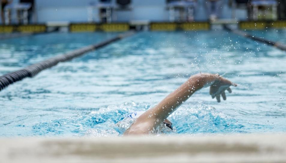 Imatge d'arxiu d'una piscina i una nadadora