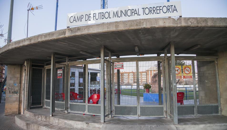 El bar de la Cultural Torreforta, ahir a la tarda, tancat, obre moltes hores al dia i des de bon matí atén els clients que s'hi acosten.