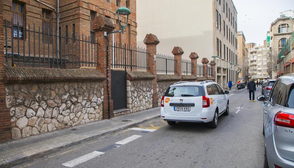 Porta de les Teresianes al carrer August, per on surten els nens que es dirigeixen a la llar d'infants.