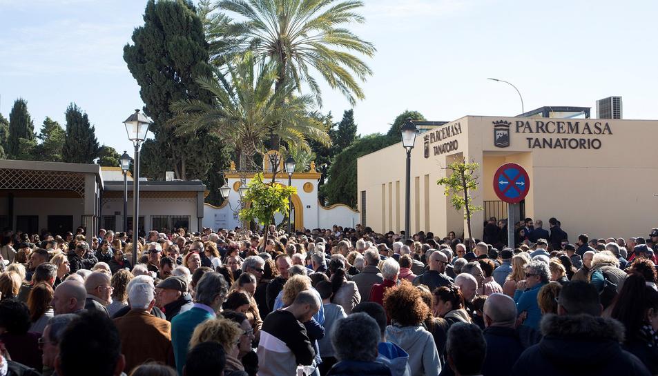 La plaça de l'entrada completament plena per les persones que han volgut acomiadar a Julen