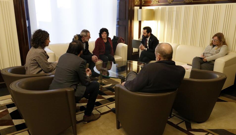 La trobada entre el president del Parlament, Roger Torrent, i familiars dels joves d'Altsasu empresonats.