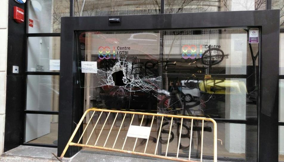 La seu del Centre LGTBI de Barcelona ha aparegut amb pintades i amb els vidres trencats.