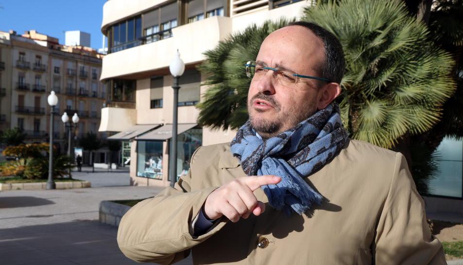 El president del PPC, Alejandro Fernández, gesticulant després d'atendre els mitans a Tarragona.