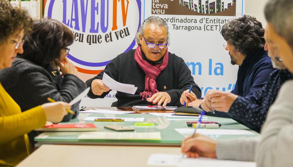Juárez i Descarrega, al fons de la imatge, durant la reunió que la Plataforma va mantenir ahir a la seu de Mediterrània.