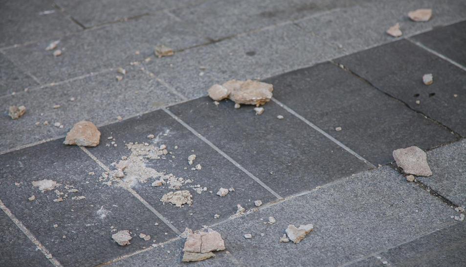 Imatge de les pedres que han caigut d'una façana del carrer Reding.