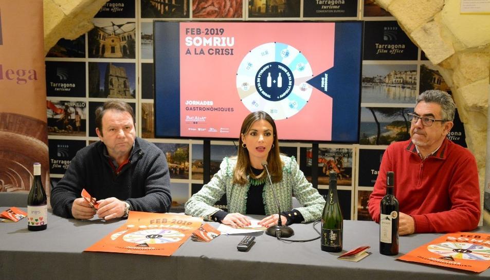 D'esquerra a dreta: Julio Rebenaque, president d'ARPA; Inma Rodríguez, consellera de Turisme i Ricard Abella, representant de Genium Celler.