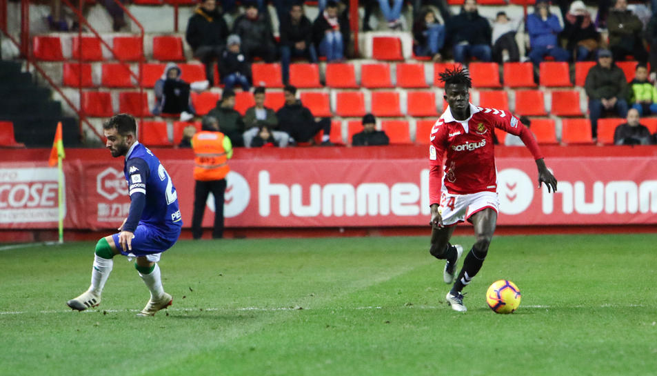 Imatge del central africà Djetei durant el partit Nàstic-Córdoba al Nou Estadi.