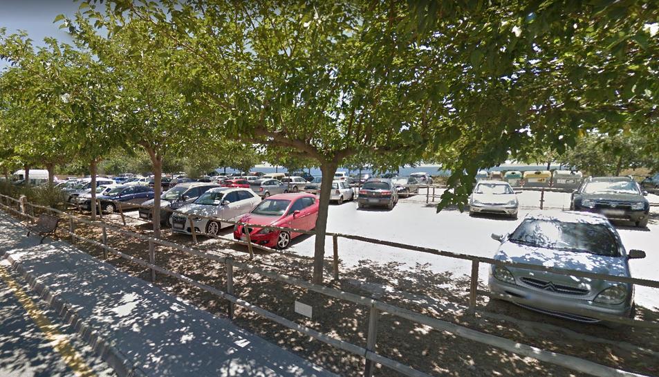 Un sector de l'ampli aparcament de terra de la Savinosa.