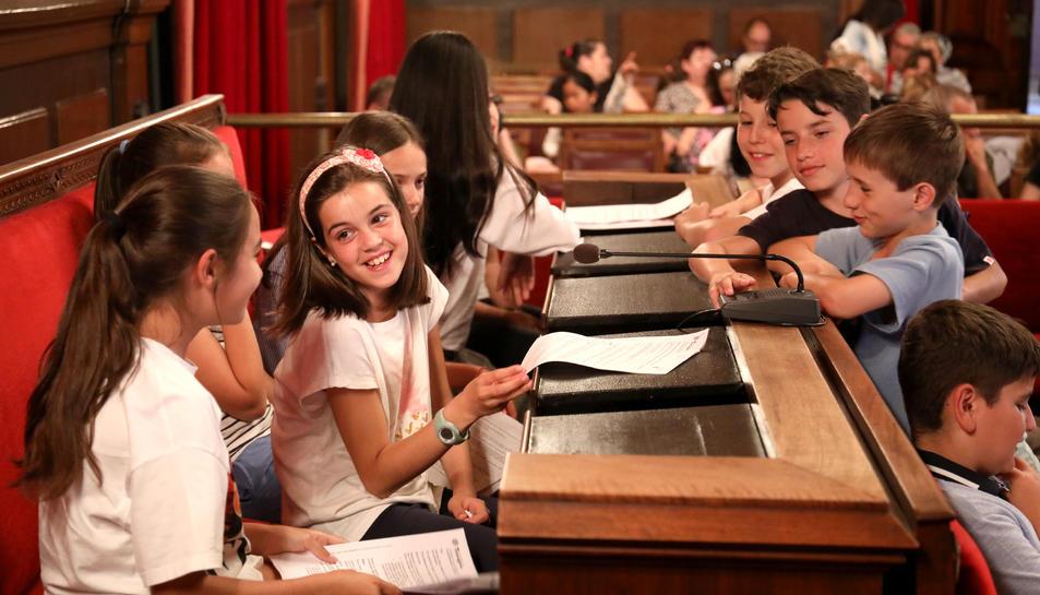 Alumnes de Primària en una sessió del Consell Municipal d'Infants al ple de l'Ajuntament.