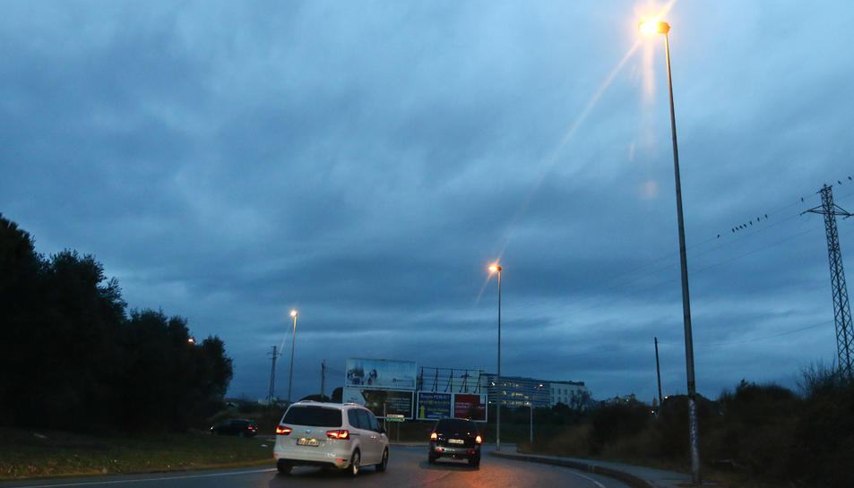 L'entrada a la ciutat per la rotonda de Misericòrdia, ahir, amb l'enllumenat actiu.