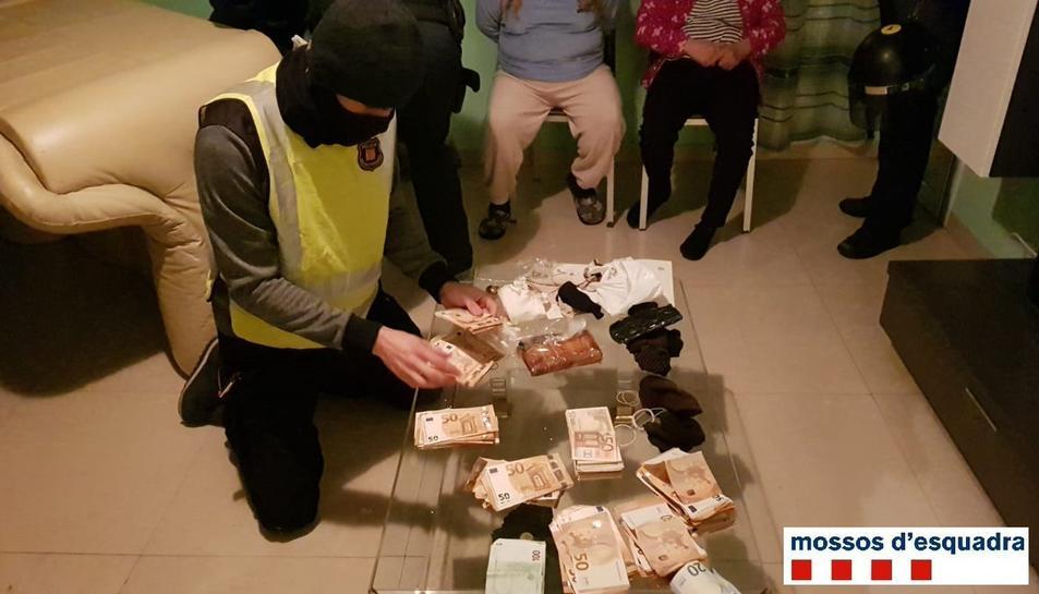 Els agents han trobat importants quantitats de diners en efectiu.