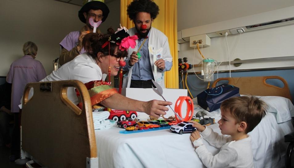 Els pallassos Gelocatila i Apósito visitant els infants al centre hospitalari.
