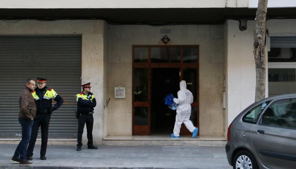 Pla general de la façana on han trobat una dona morta en un domicili de Reus després que un home s'hagi llençat al buit des del balcó, amb la policia científica entrant-hi. IMatge del 30 de gener del 2019