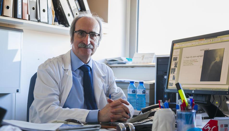 El doctor Ignacio Loyola García Forcada al seu despatx de l'Hospital Universitari Joan XXIII.