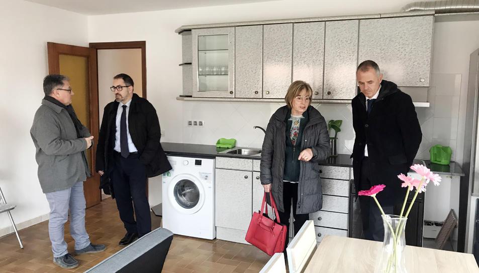 Imatge de la visita dels representants institucionals del consistori rodenc i CaixaBank al pis d'emergència social.