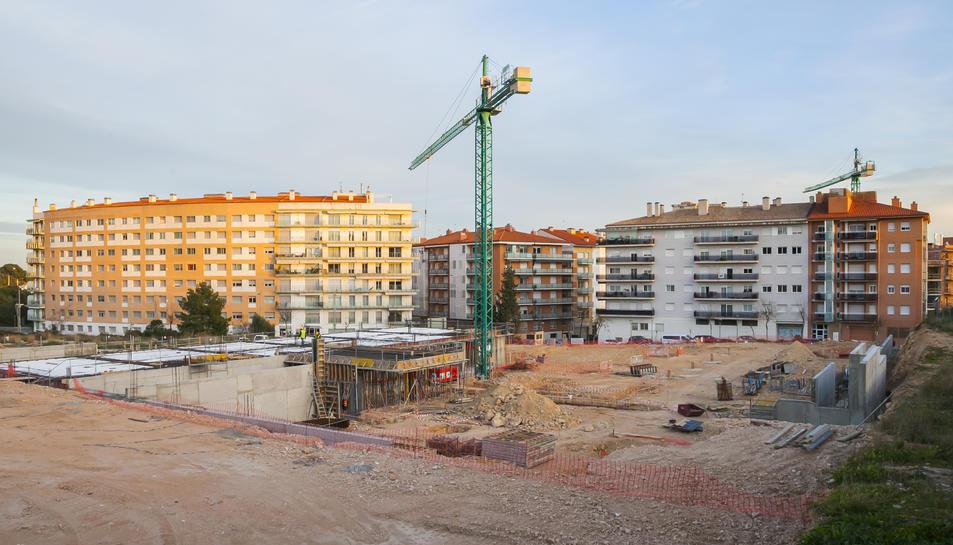 Terrenys situats al costat de la futura escola Arrabassada, on es construirà l'institut.