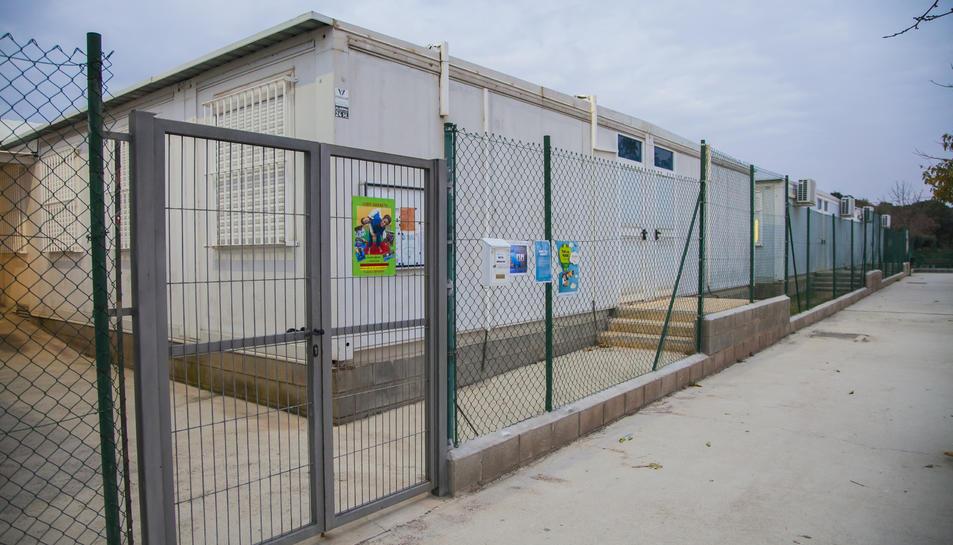 L'escola està ubicada des de fa dotze anys en mòduls prefabricats.