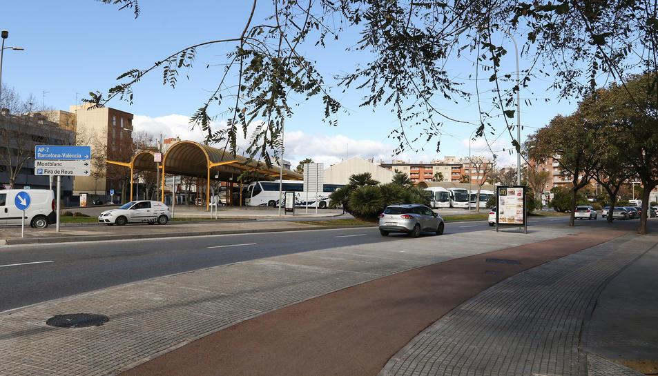 El carril bici del parc de Mas Iglesias, davant de l'estació d'autobusos.