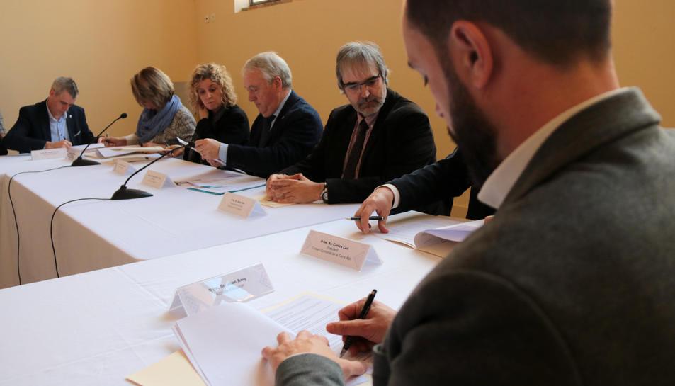 Els responsables de la Diputació de Tarragona, alcaldes i representants d'ens turístics signant el conveni Corner.