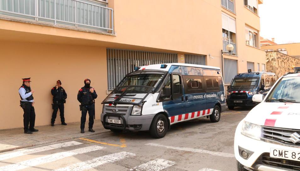 Furgonetes i agents dels Mossos d'Esquadra davant dels jutjats de Valls el 31 de gener del 2019. Pla general
