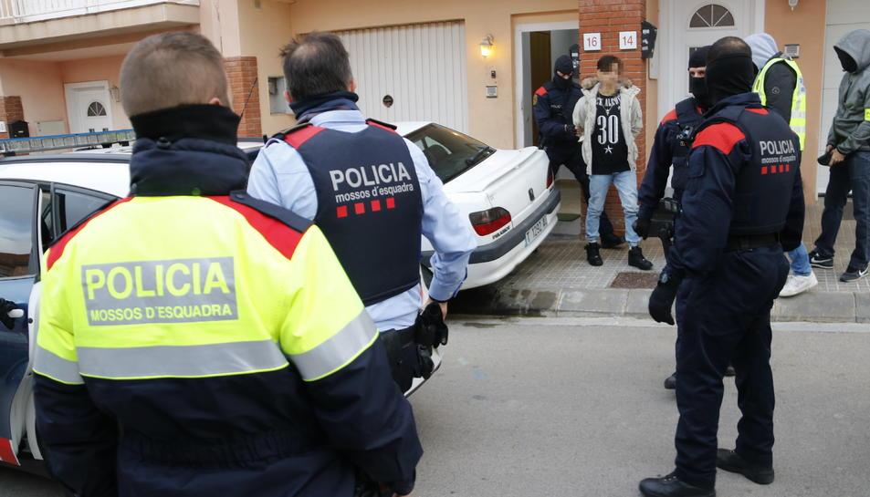 Pla general d'un jove detingut en l'operació antidroga a Valls.