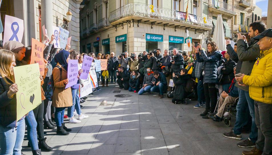 Imatge del minut de silenci a Reus per l'assassinat d'una menor a la ciutat.