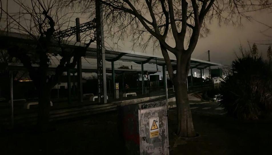 L'estació de Renfe de Vila-seca a les fosques.
