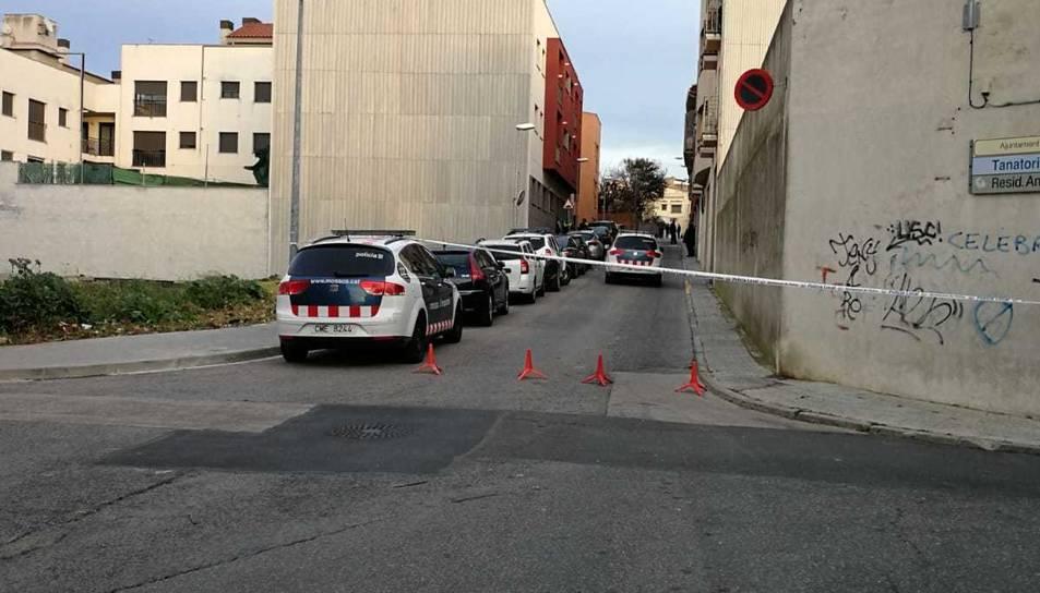 El carrer es troba acordonat per la policia.
