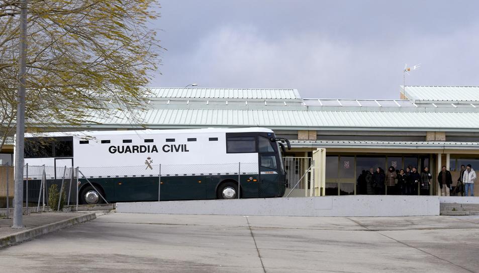 L'autobús de la Guàrdia Civil arribant a Soto del Real.