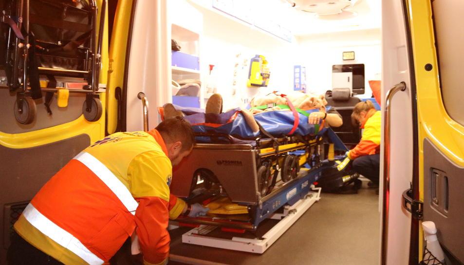 Pla tancat d'un ferit atès dins d'una ambulància a causa de la càrrega policial durant el trasllat de Carme Forcadell, a mig camí de la carretera de sortida de la presó de Mas d'Enric. Imatge de l'1 de gener del 2019