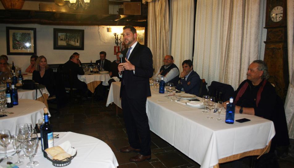 Un moment de la intervenció de Rubén Viñuales en el sopar.
