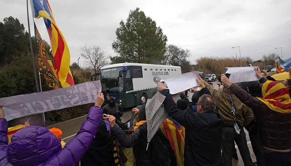 MAnifestants acomiadant l'autocar dela Guàrdia Civil que duia els presos.