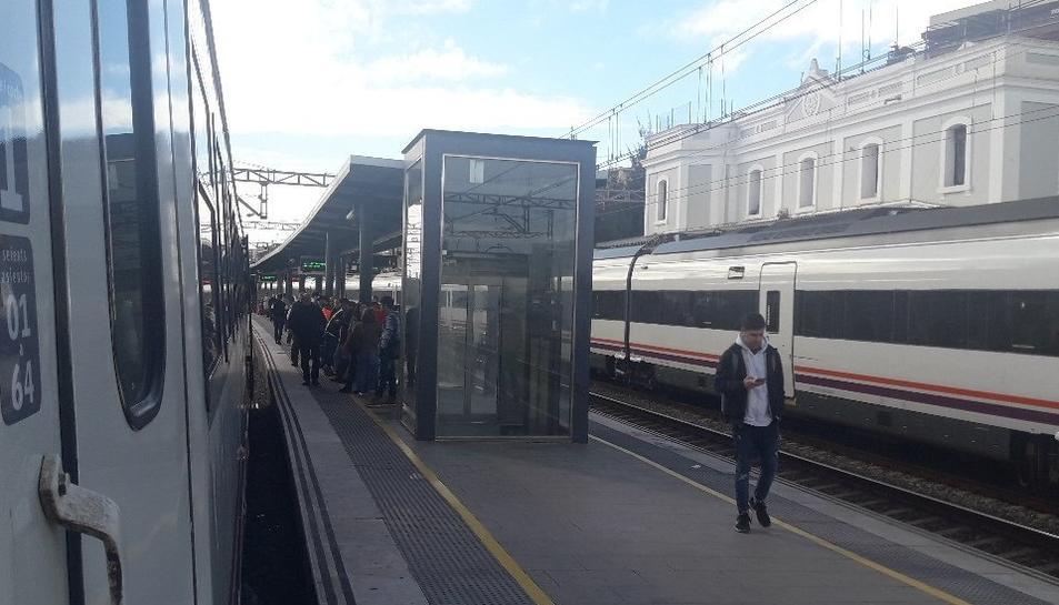 Un dels trens afectats estacionats a Gavà