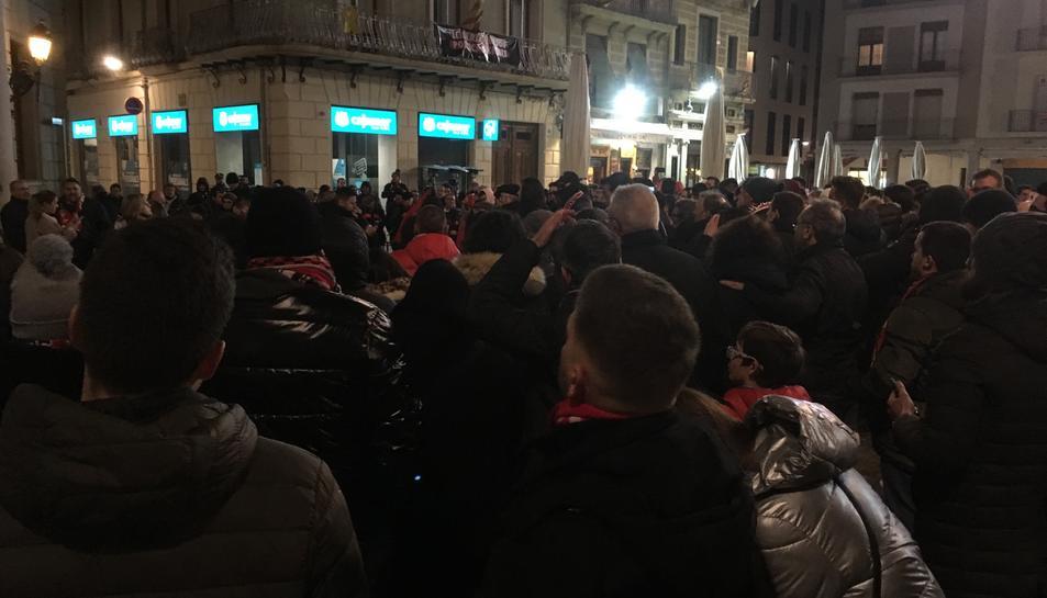 La concentració, que aplegar unes 400 persones, va arribar fins a la plaça del Mercadal demanant la salvalció de l'equip.