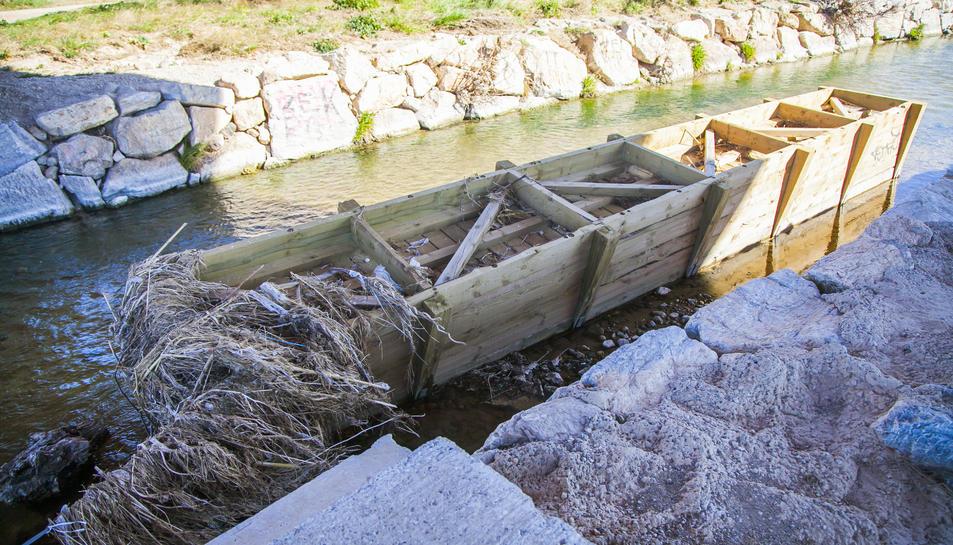 El pontet de fusta porta en aquesta situació des d'inicis del passat mes d'octubre.