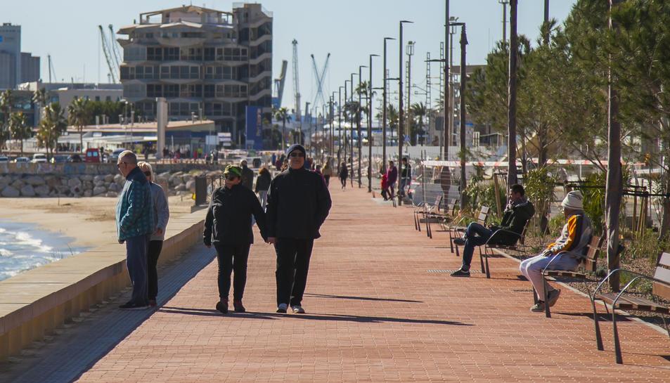 El nou passeig va acollir un elevant nombre de vianants durant la jornada d'ahir, diumenge.