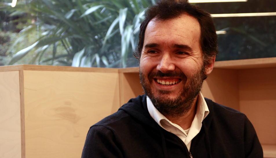 Miguel Sanz, parella de la Silvia, que ha sobreviscut a un càncer de mama, amb una expressió contenta a la seu de l'AECC.