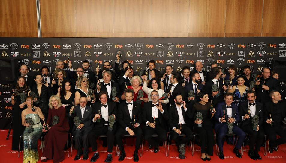 Els guardonats amb un Premi Goya lluint l'estatueta al final de la gala.