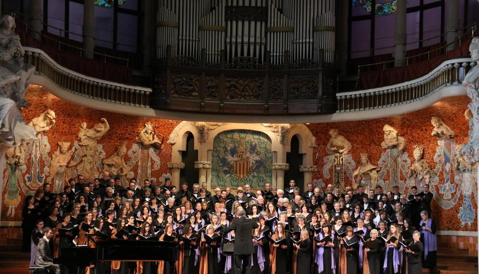 L'Orfeó Català, l'Orfeó Reusenc i la Coral Regina de Manlleu actuant conjuntament al Palau de la Música en el marc del projecte Xarxa Coral.