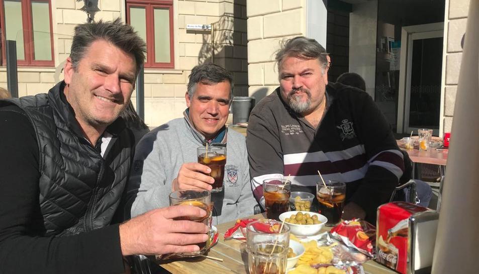 Els nous propietaris del Reus prenen un vermut amb el regidor d'Esports durant la setmana passada.