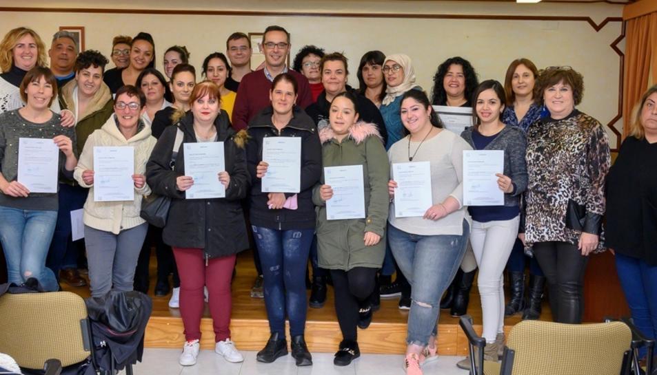Foto dels participants al cursos de formació amb el diploma.