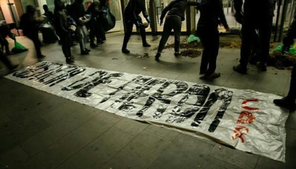 Imatge de persones abocant escombraries i fems a les portes de la Ciutat de la Justícia.