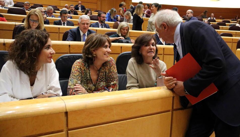 El ministre d'Exteriors, Josep Borrell, conversa amb la vicepresidenta davant la mirada de les ministres d'Hisenda i Justícia