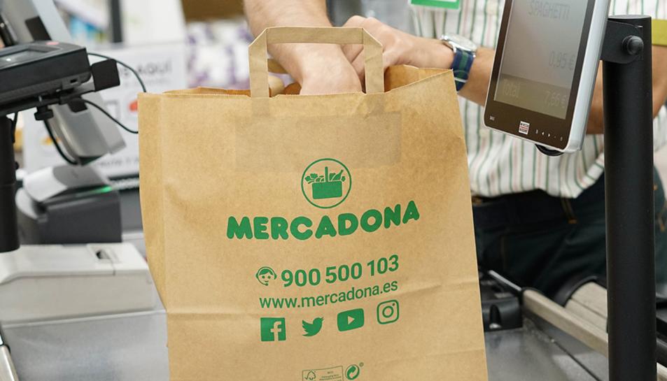Mercadona ofereix com a alternativa les bosses de paper, ràfia i reutilitzables.