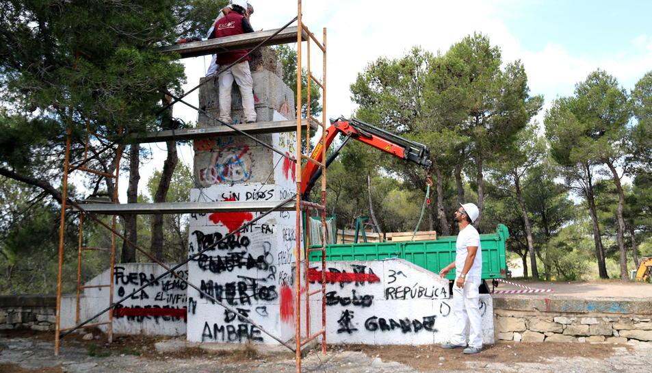 El monument franquista que va ser traslladat a un magatzem, a Horta de Sant Joan.