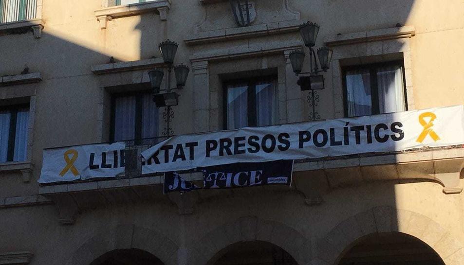 Imatge de dues pancarta trencades a la façana de l'Ajuntament d'Amposta.