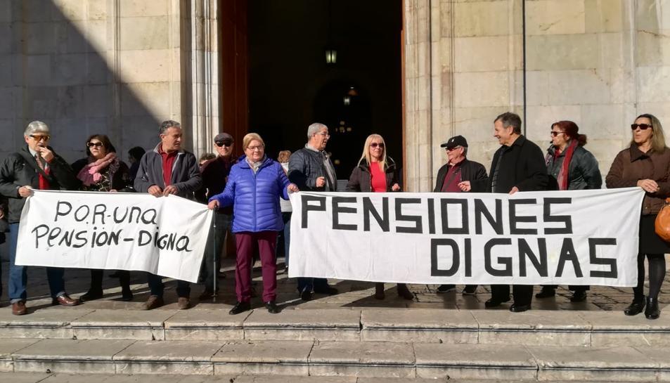 El grup va mostrar pancartes a les portes de l'Ajuntament.