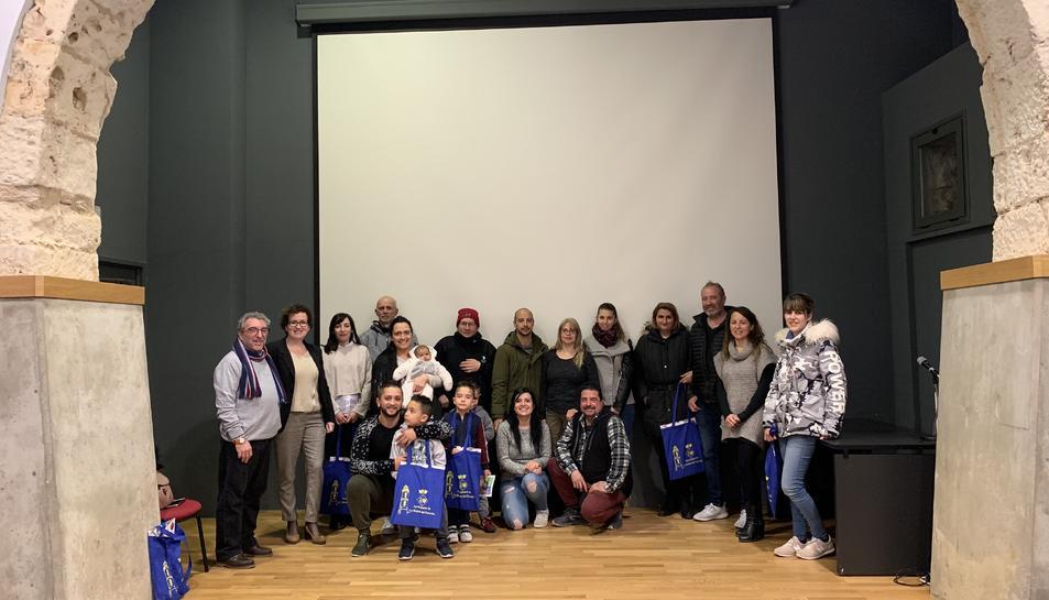 Fotografia de grup dels nouvinguts que van participar en l'acte organitzat per l'Ajuntament.