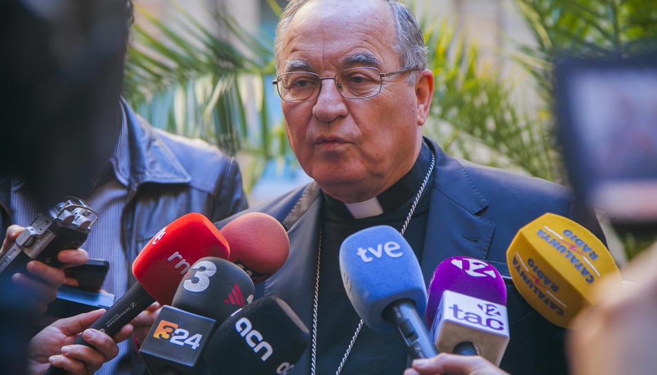 L'Arquebisbe de Tarragona, Jaume Pujol, atenent als mitjans de comunicació.